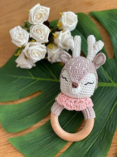 DISEÑO WOELKCHEN - sonajero de ciervo rosa, juguete de agarre de madera con cuerda, cervatillo de ganchillo, niño y niña, regalo para el nacimiento