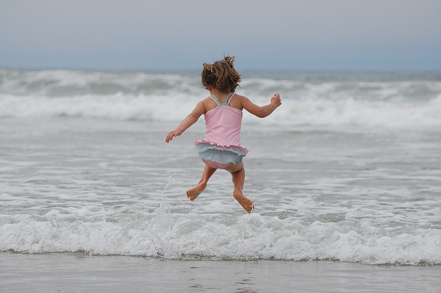 niña saltando y ejercitando motricidad gruesa