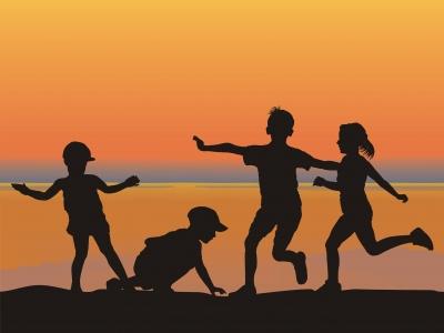 niños jugando en playa , ejemplo de mtricidad en los pequeños
