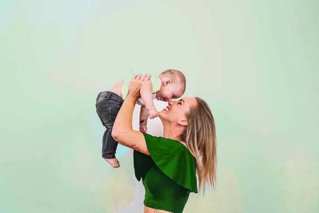 madre jugando con su bebe
