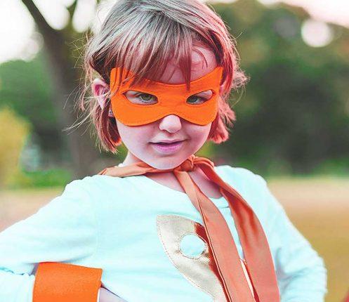 niña disfrazada jugando imaginativamente
