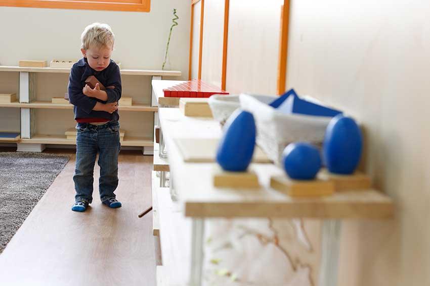 niño en aula montessori