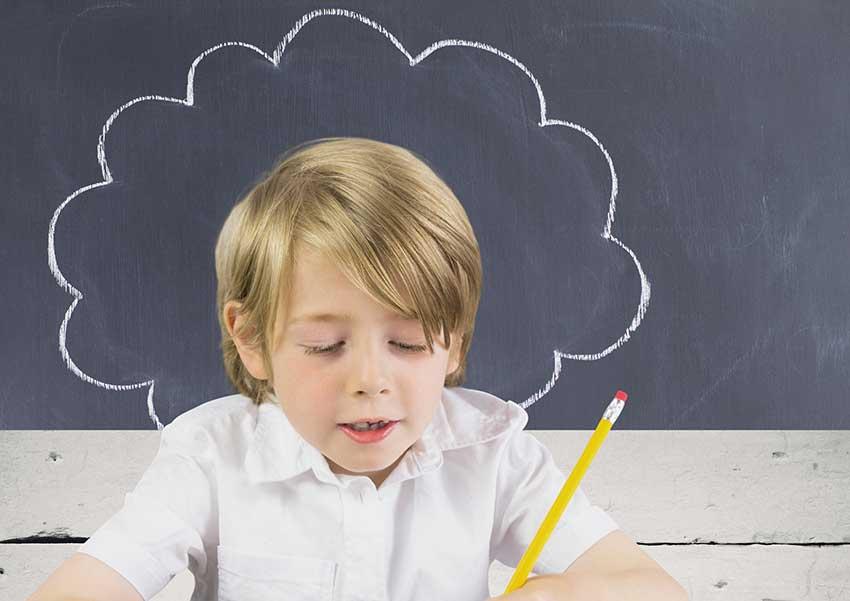 niño haciendo prueba de coeficiente de inteligencia