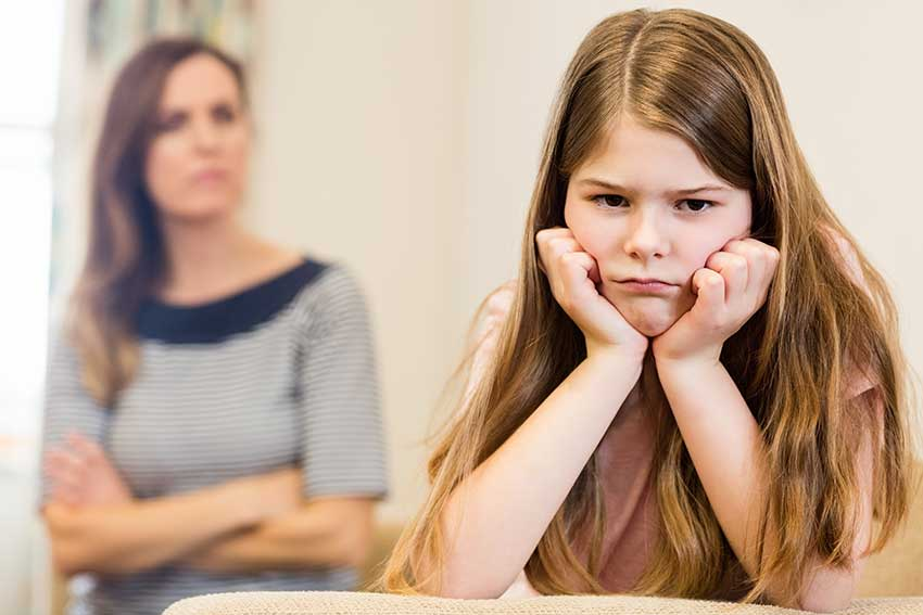 niña desafiante con su madre