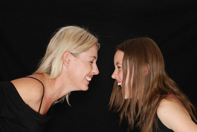mama e hija adolescente riéndose