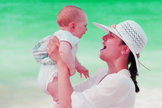 mama enseñando a hablar a su bebe