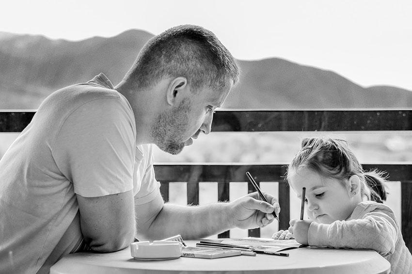 padre enseñando a su hija