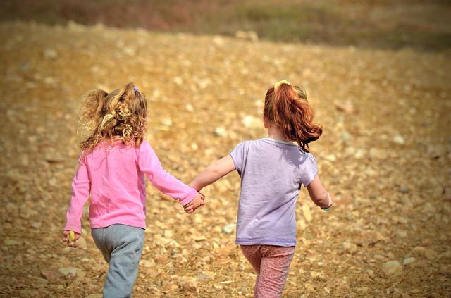 dos niñas en verano