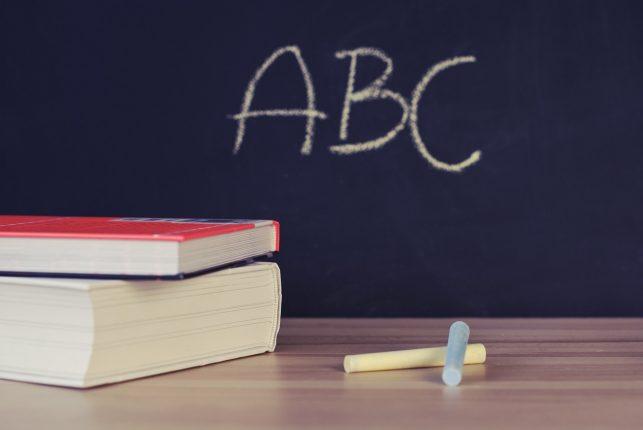 pizarra con letras y libros