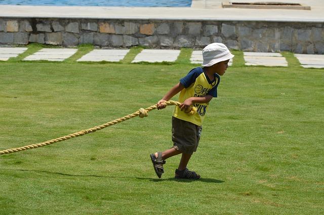 niño tirando de una cuerda