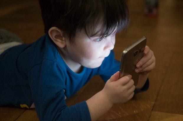 niño con telefono celular