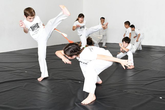 niños practicando capoeira