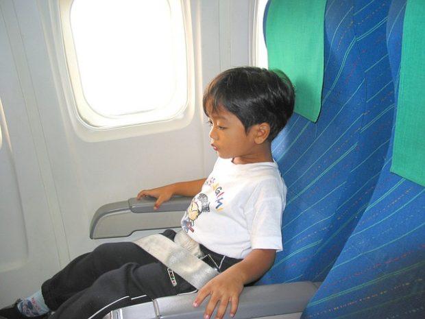 niño en un avion