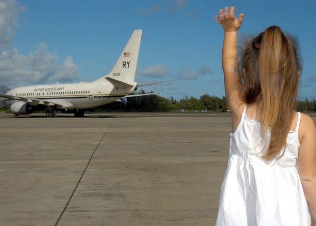 niña y avion