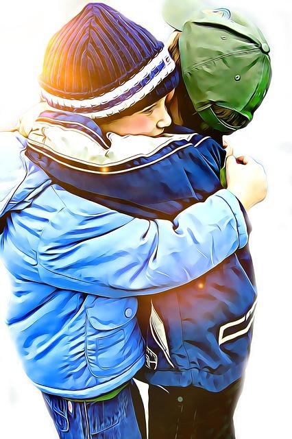 abrazo entre niños
