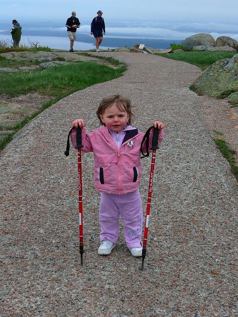 niña de excursion con sus padres