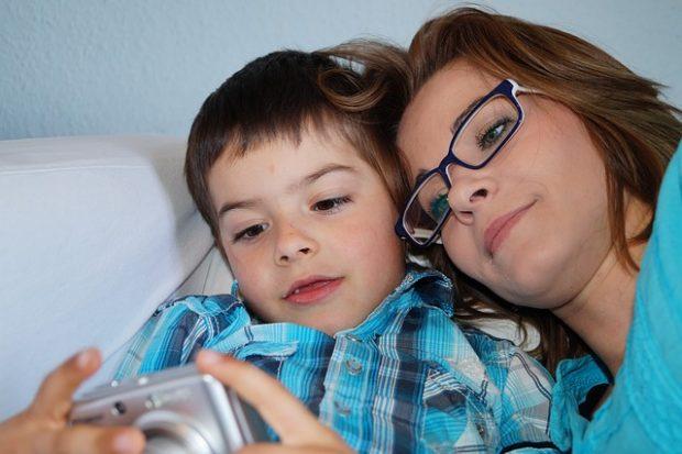 abrazos de mama en el sofa
