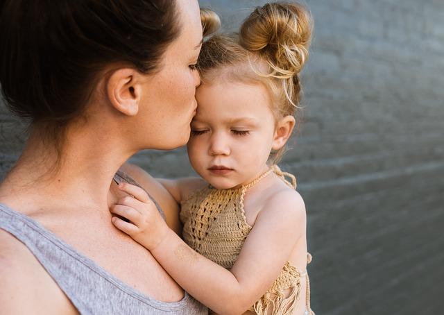 abrazar a su hija