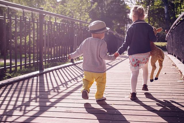 juego activo de bebes y niños pequeños