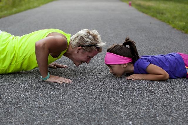madre e hija haciendo deporte