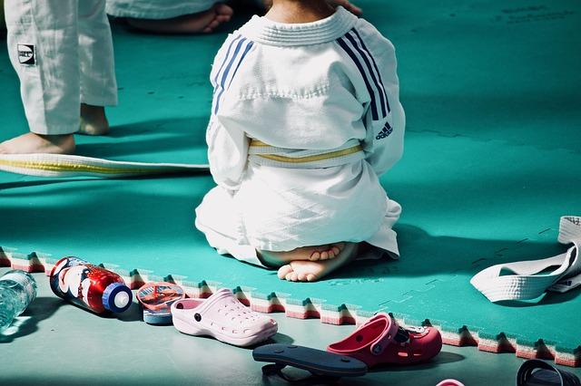 niño con kimono de artes marciales