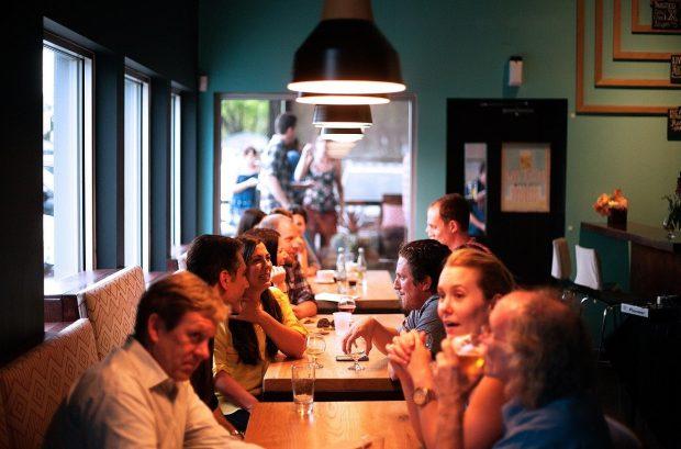 socializar en sitios publicos como bares y restaurantes